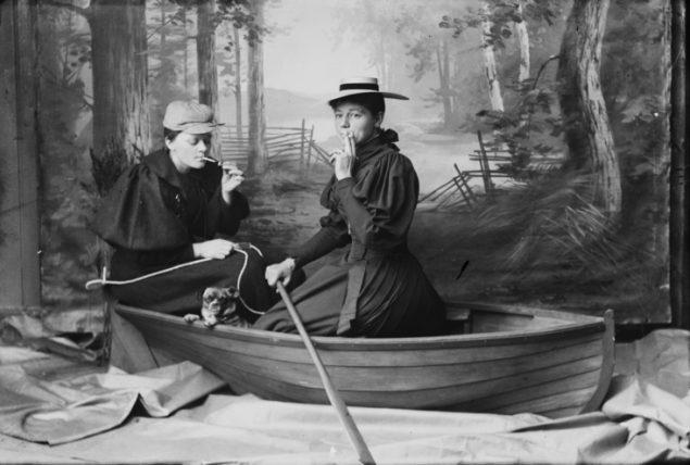 Marie Høeg og Bolette Berg i båten. Kreditering: Preus Museumssamling