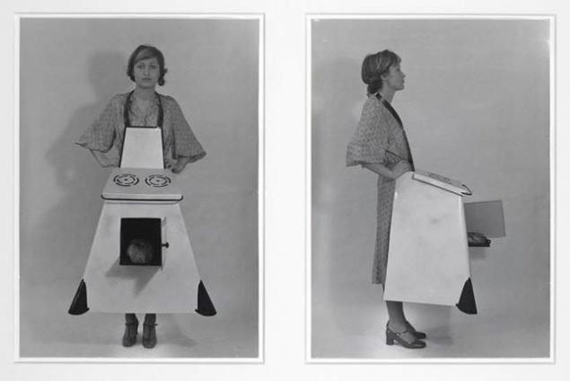 Hausfrauen – Küchenschürze / Husmødre – køkkenforklæde, 1975/2003. Fotograf: Christian Schindler. SAMMLUNG VERBUND, Vienna. © Estate Birgit Jürgenssen / VISDA 2019. Courtesy Galerie Hubert Winter, Vienna.