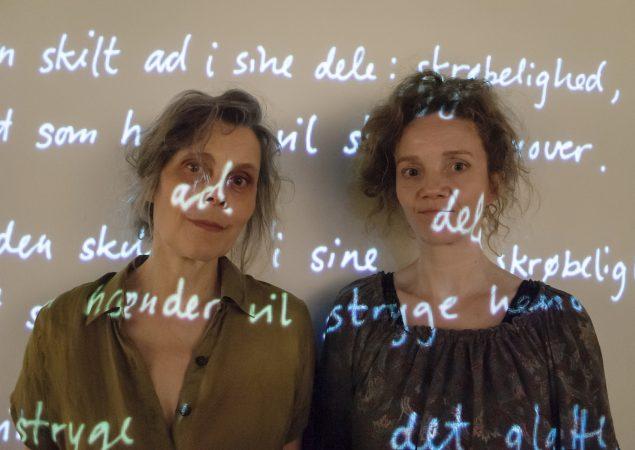 Sophia Kalkau og Ursula Andkjær Olsen der står bag udstillingen: <i>Cirkelbryder</i>. Foto: Sarah Giersing / Det Kgl. Bibliotek.